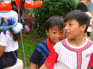This is what MM looks like when he got lost. He is the boy at the right wearing a baseball shirt.